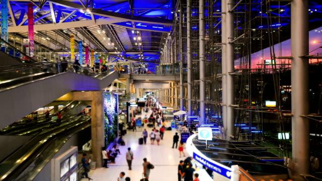 時間の経過のエスカレーター空港 - 建物の正面点の映像素材/bロール