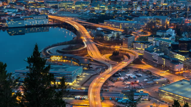 vídeos de stock e filmes b-roll de 4k time lapse of express way with traffic light at the bergen cityscape at the sunset time, 4k clip - noruega