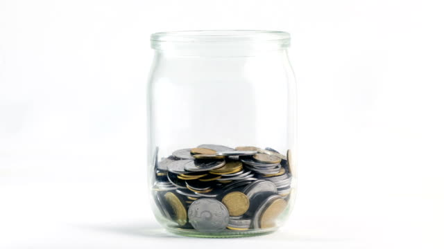 замедленная съемка из падающие монеты в стакане - монета стоковые видео и кадры b-roll