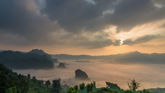 vidéos et rushes de laps de temps de brume de witg paysage fantastique où coulent le montagne quand lever du soleil à phulangka un point de vue, clip de thailand.4k province phayao - nord