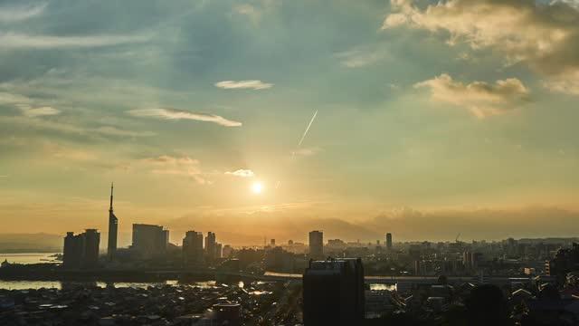 vídeos de stock e filmes b-roll de time lapse of fukuoka city in japan - linha do horizonte sobre terra
