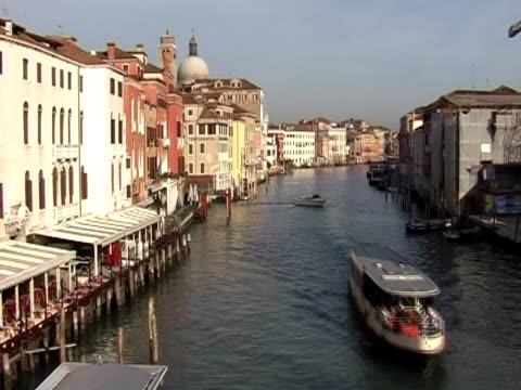 vídeos de stock e filmes b-roll de time lapse do grand canal em veneza - embarcação comercial