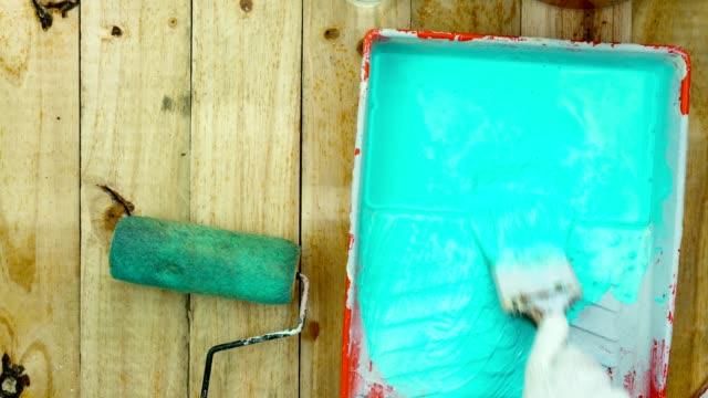 Laps de temps de 4K de main homme peinture couleur sur planche de bois - Vidéo