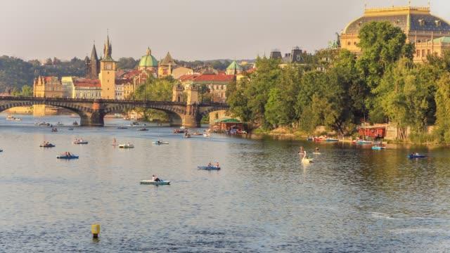 vidéos et rushes de laps de temps de fort trafic de petits bateaux sur la rivière de prague - prague