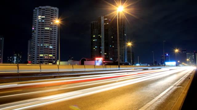 時間の経過の highway でモダンな街の背景 - 交通信号機点の映像素材/bロール