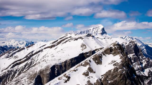 tidsfördröjning för vandrare bestiga berg på avstånd - klippiga bergen bildbanksvideor och videomaterial från bakom kulisserna