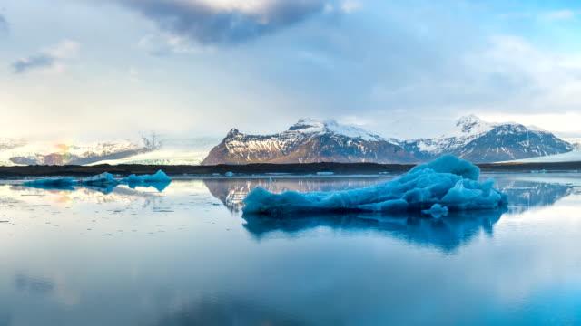 промежуток времени ледяных бергов в ледниковом озере джокульсарлон, исландия. - ледник стоковые видео и кадры b-roll