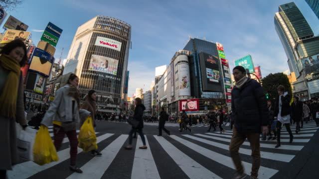 4k 日、外遊客傍晚在澀谷區、日本東京、日本、日本文化概念區走過人行橫道 - 道路交叉口 個影片檔及 b 捲影像