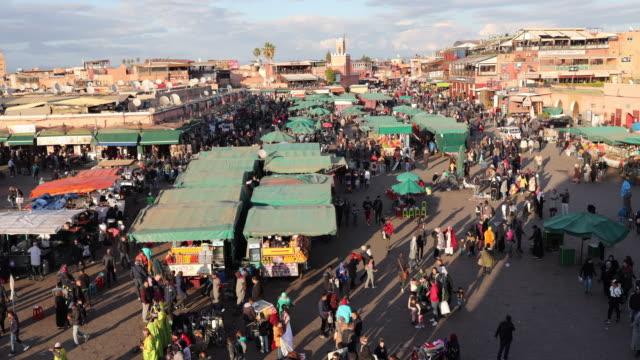 time lapse di piazza jemaa fna a marrakech, marocco - souk video stock e b–roll