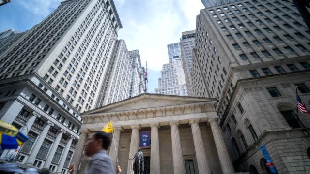 stockvideo's en b-roll-footage met time lapse van manhattan financial district gebouwen in wall street - bankieren