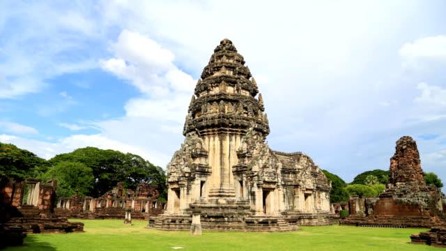vídeos de stock, filmes e b-roll de intervalo de tempo de muitos turistas visitam o belo de phimai historical park, tailândia - phimai