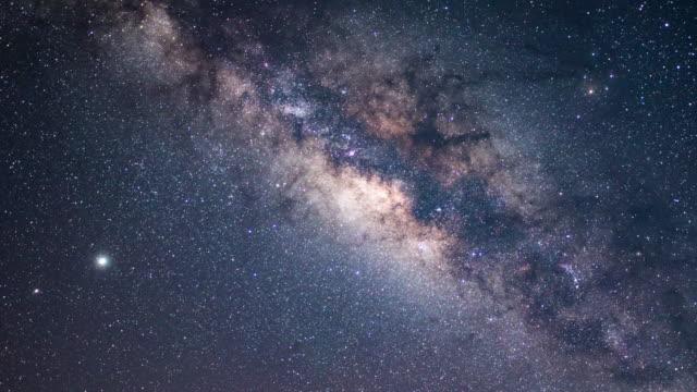 vídeos y material grabado en eventos de stock de lapso de tiempo de la vía láctea y el cielo de la galaxia astronomía - la vía láctea