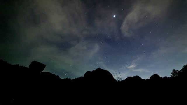 vídeos y material grabado en eventos de stock de lapso de tiempo de manera lechosa galaxia en phuket tailandia - espacio y astronomía