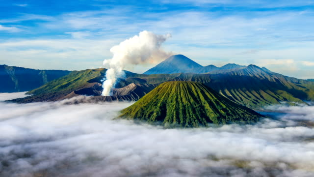 time lapse of mount bromo volcano (gunung bromo)in bromo tengger semeru national park. - индонезия стоковые видео и кадры b-roll