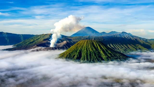 vidéos et rushes de volcan de caducité du mont bromo des temps (gunung bromo) du parc national de bromo tengger semeru. - indonésie