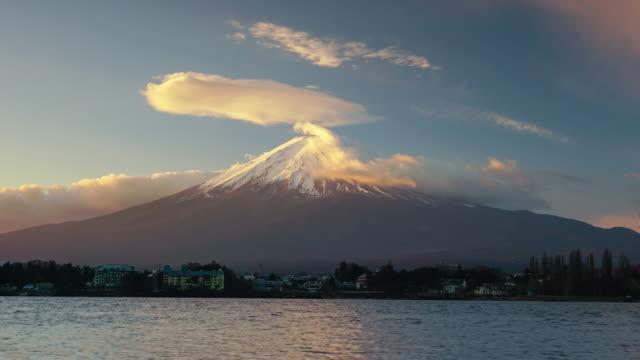 河口湖で富士山の時間経過 - 富士山点の映像素材/bロール