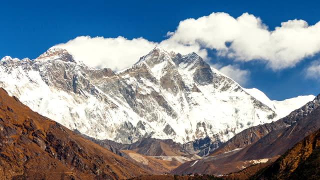이동 하는 구름 산의 경과 시간 및 수는 세계에서 가장 높은 에베레스트 베이스 camp,nepal.snow 출장된 산 정상 사이 눈 히말라야 산 range(everest) 프리 닫습니다. - mountain top 스톡 비디오 및 b-롤 화면