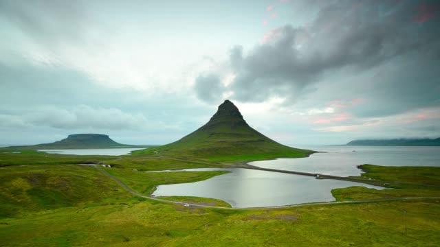 Zeitraffer des bewegten Wolken über die Kirkjufell Berg, Island – Video