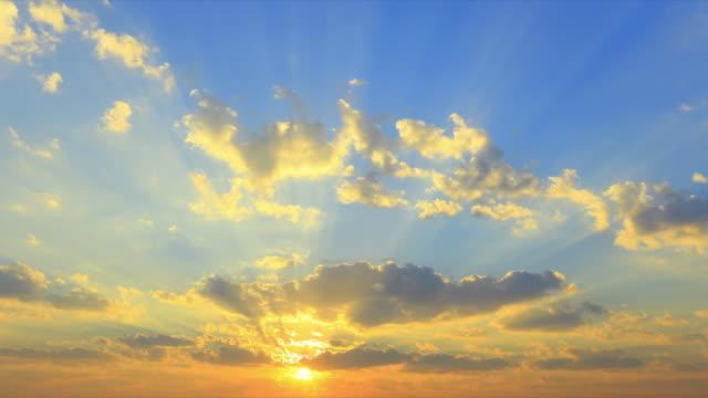 zeitraffer der bewegte wolken und sonnenaufgang - sonnenaufgang stock-videos und b-roll-filmmaterial