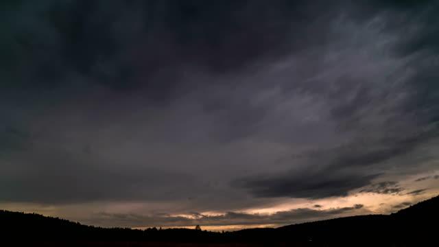 時間流逝的灰色的雲層下移冷杉頂部的山林。 - 亞洲中部 個影片檔及 b 捲影像