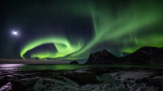 time lapse of northern lights over the lofoten islands in norway - tracking shot - podziw filmów i materiałów b-roll