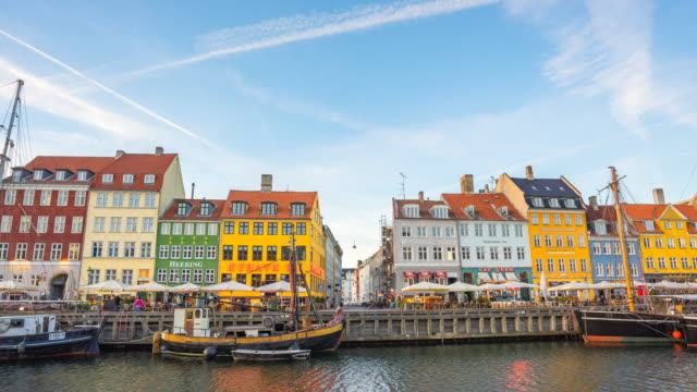 time lapse of nyhavn landmark of copenhagen city, denmark - копенгаген стоковые видео и кадры b-roll