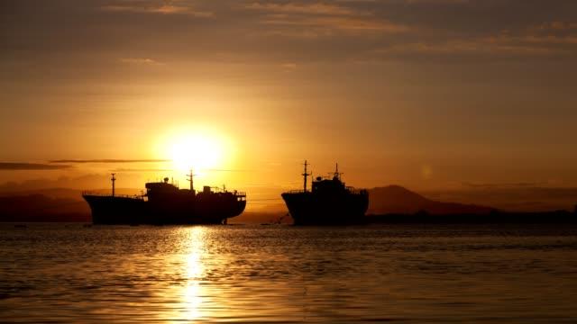 4-k tid förfaller av gamla stora transport båtar i soluppgången - skrov bildbanksvideor och videomaterial från bakom kulisserna