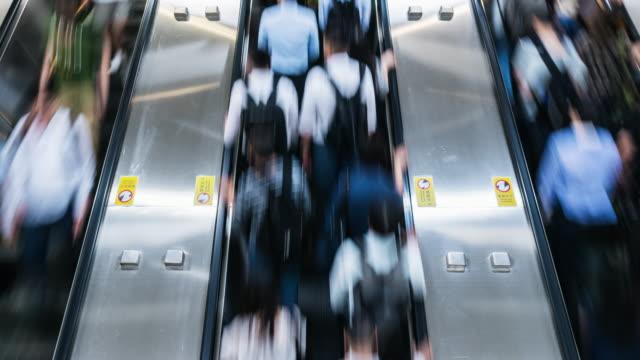 4k time lapse of passenger and tourist walking and running on escalator in rush hour, central station, hong kong - табло вылетов и прилётов стоковые видео и кадры b-roll