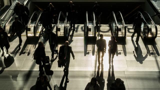 vídeos de stock, filmes e b-roll de lapso de tempo de passageiros e turistas andando e correndo em escada rolante - escada rolante