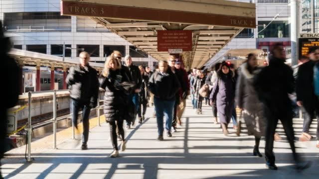 4k tidsfördröjning av passagerare och turist går via promenad sätt tåg järnvägstation transport hub i rush hour i boston, massachusetts, usa. transport-och resekoncept - massachusetts bildbanksvideor och videomaterial från bakom kulisserna