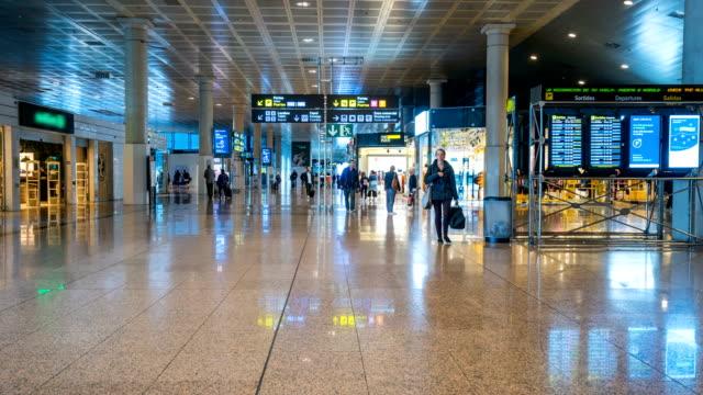 Zeitraffer der Passagier am Flughafen Barcelona El Prat – Video
