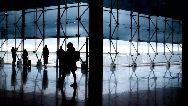 Zeitraffer der Passagier am Flughafen Barcelona El Prat (Silhouette Szene) – Video