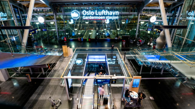Zeitraffer der Passagier am Flughafen Oslo Gardermoen, Norwegen – Video