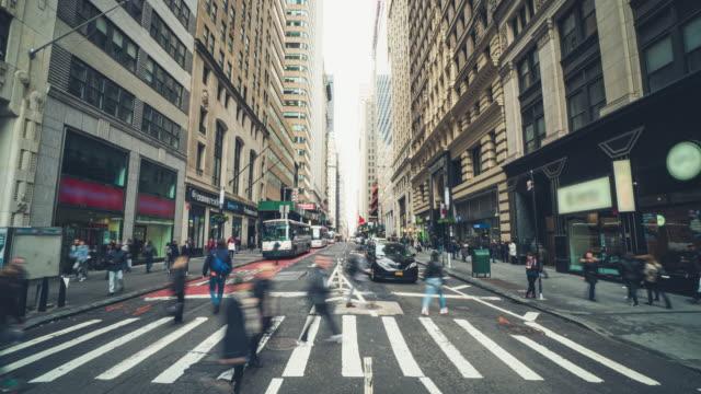 zeitraffer von fußgängern und touristen in new york - zeitraffer fast motion stock-videos und b-roll-filmmaterial