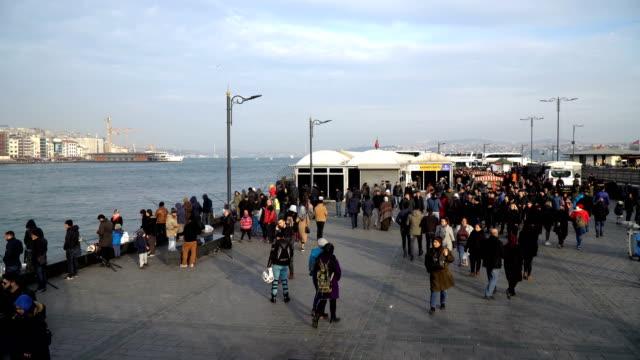 vídeos y material grabado en eventos de stock de lapso de tiempo de la gente en eminonu istanbul - distrito eminonu
