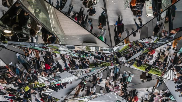 東急プラザ表参道原宿にて、トレンディーなのファッションモールを訪れる人々の4k 時間経過。日本文化・商店街構想 - 若者文化点の映像素材/bロール