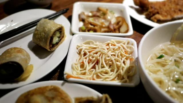 vídeos y material grabado en eventos de stock de lapso de tiempo de personas comiendo en mesa en el restaurante chino - comida china