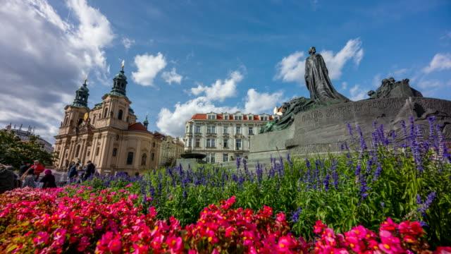 vidéos et rushes de time lapse of people tourist walking and moving cloud at jan hus monument, centre of old town, prague, république tchèque - saint nicolas