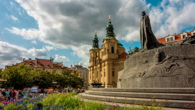 vidéos et rushes de time lapse of people tourist walking and moving cloud at jan hus monument, center of old town, prague, république tchèque - saint nicolas