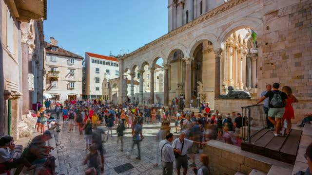 time lapse of people tourist walking in old town of split, croatia - хорватия стоковые видео и кадры b-roll