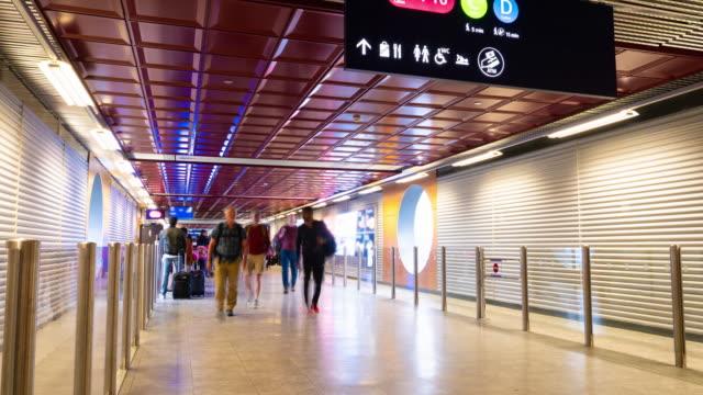 Lapso de tiempo de personas viajeros caminando en el aeropuerto internacional. - vídeo