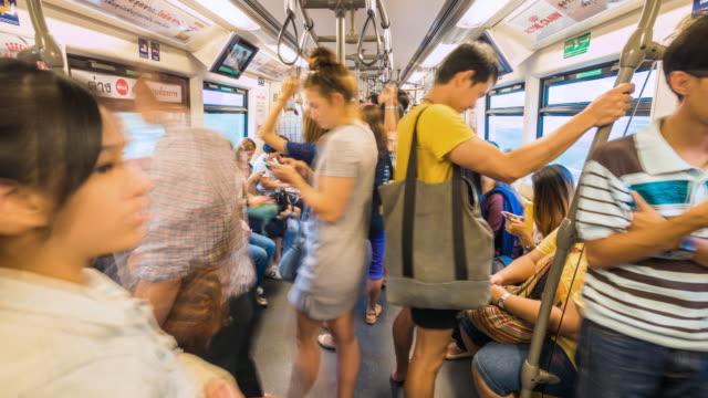 zeitraffer von menschen auf reisen per u-bahn - innerhalb stock-videos und b-roll-filmmaterial