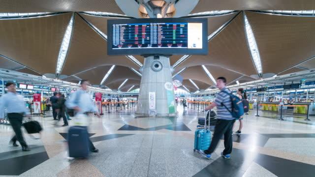 Zeitraffer von Menschen spazieren am internationalen Flughafen KUL, Malaysia – Video