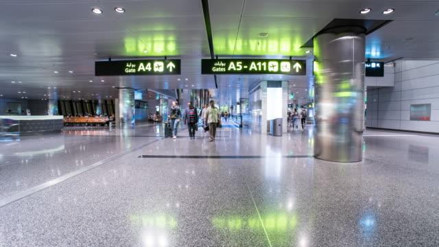 vidéos et rushes de laps de temps de personnes marchant à l'aéroport de doha - doha