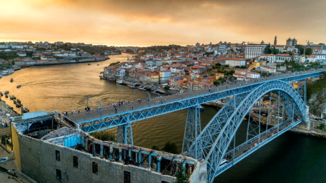 vídeos de stock e filmes b-roll de time lapse of people walking at dom luís i bridge, porto, portugal - douro