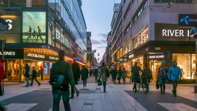 vídeos de stock e filmes b-roll de time lapse of people walking in shopping plaza - stockholm sweden - store