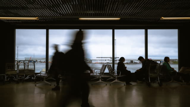 Lapso de tiempo de personas caminando en el aeropuerto internacional en la puerta de salida. - vídeo