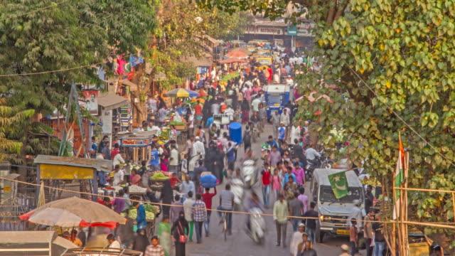 zaman atlamalı bir kalabalık şehir semt pazarı (bazaar) mumbai'dan, mumbai, hindistan yürüyen insan - hindistan stok videoları ve detay görüntü çekimi