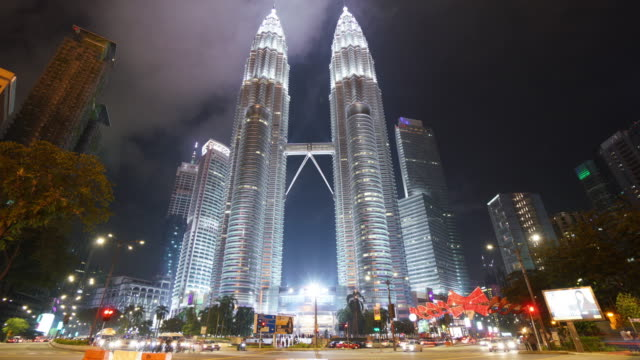 tidsfördröjning för av petronas twin towers på natten - petronas twin towers bildbanksvideor och videomaterial från bakom kulisserna