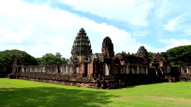 vídeos de stock, filmes e b-roll de lapso de tempo de phimai historical park, tailândia - phimai